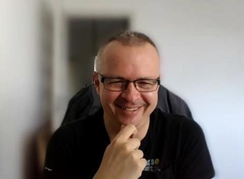 Mariusz Trzeciakiewicz - gość naszego podcastu, z fundacji Katarynka. Ekspert d.s. audiodeskrypcji dla osób niewidomych i niedowidzących.